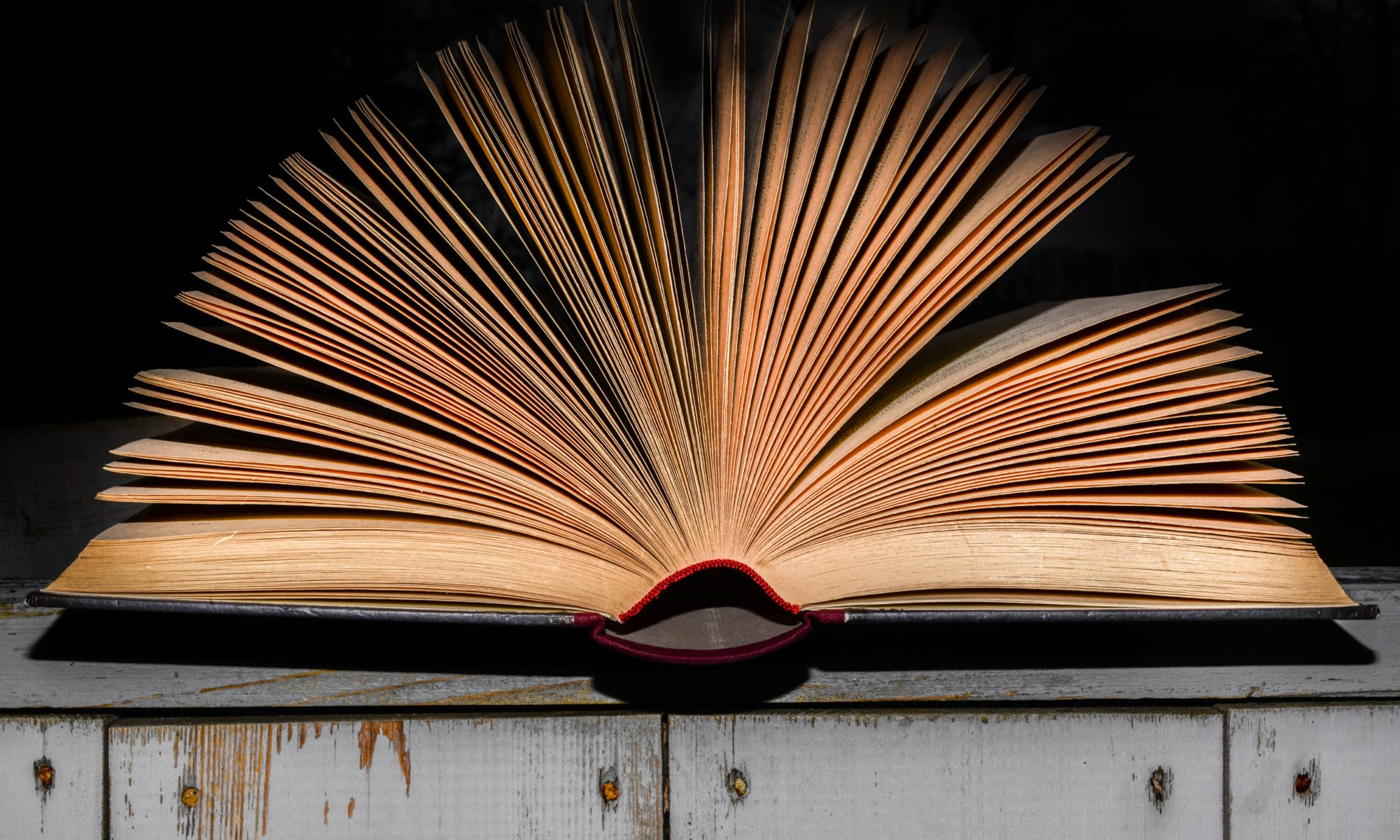 Livre ouvert fond noir