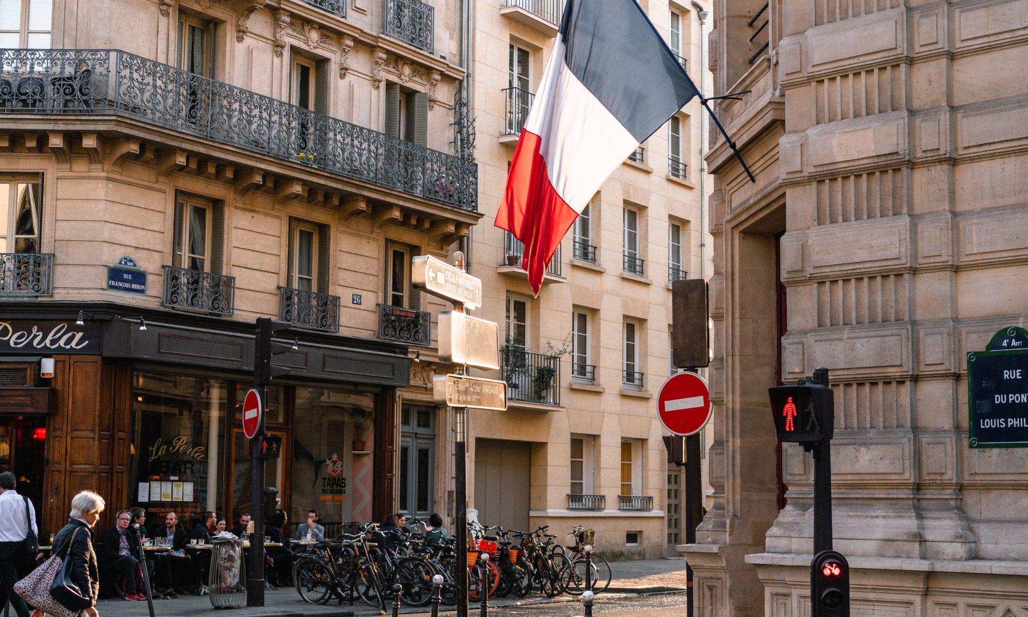 rue à Paris avec drapeau tricolore
